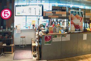 桃ジュースを売るジューススタンド