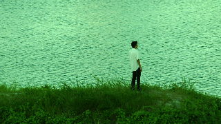 河岸に佇む啓介